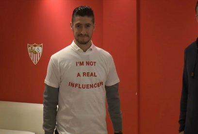 Sergio Escudero, jugador del Sevilla FC, se pone la camiseta por los #realinfluencers
